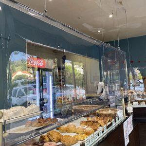Store transparent d'un écran covid suspendu d'un boulangerie